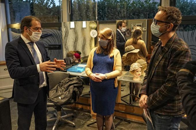 Minister David Clarinval ging onder meer in gesprek met burgemeester Alice Leeuwerck en kapper Maxime Dupont.© CL