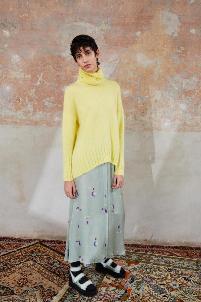 Wollen trui van Alysi in geel, dé kleur van 2021.©HENRIK BLOMQVIST Henrik Blomqvist