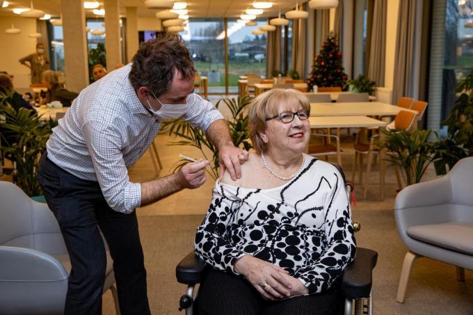 Monique Van Coillie kreeg het eerste coronavaccin in West-Vlaanderen.© Foto Kurt