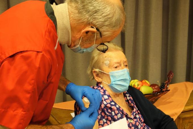 Geralda hield zich goed terwijl ze een prikje kreeg van de dokter.© AN