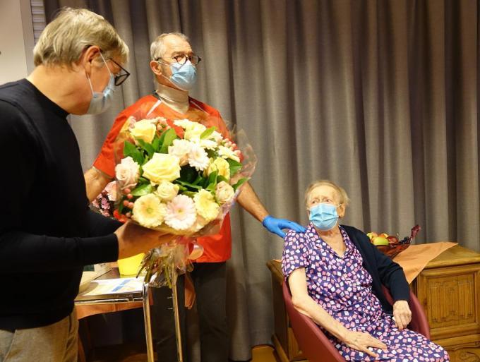 Geralda was zichtbaar aangedaan toen schepen Philippe De Coene haar een bos bloemen aanbood.© AN