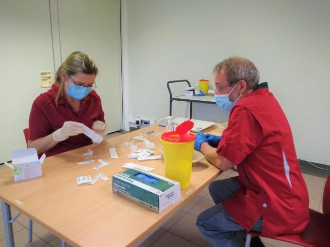 Het voorbereiden van het vaccin gebeurt uitsluitend door verpleegkundigen in een aparte ruimte.© AN