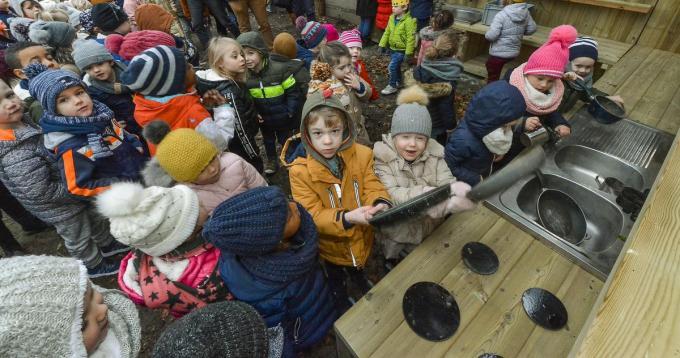 De kleuters van de Graankorrel Geluwe zijn alvast laaiend enthousiast met hun buitenkeuken in de schooltuin.©Luc Vanthuyne LVW