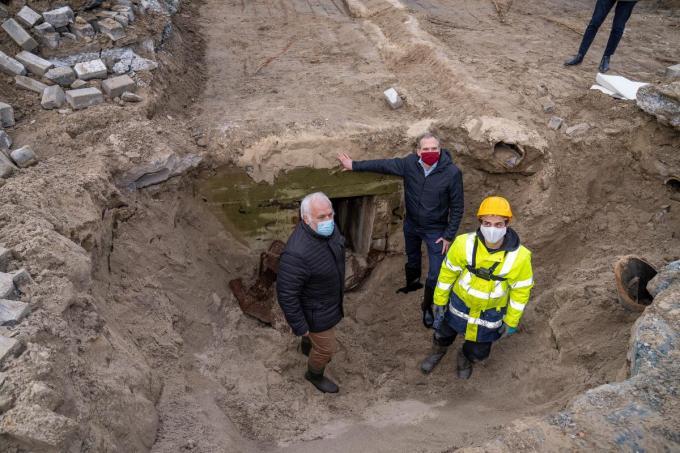 Burgemeester Jean-Marie Dedecker en minister Matthias Diependaele namen als eersten een kijkje in de bunker.© LC
