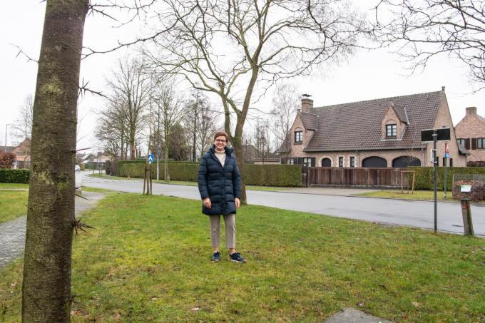 Caroline Maertens op de verkaveling Becelaere's Hof waar straks graspleintjes een andere functie krijgen.©Frank Meurisse Frank Meurisse