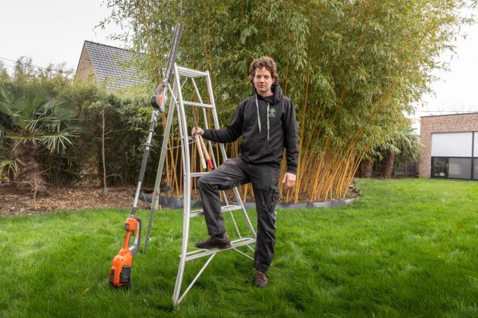 """Stefan Degreve gaf zijn job bij stad Tielt als loketbediende bij de dienst bouwaanvragen en vastgoedinformatie op om voltijds zelfstandig tuinman te worden: """"Ik werk heel graag in de tuinen van oudere mensen, omdat ze zelf fysiek niet meer in staat zijn om de tuin te onderhouden.""""©WMe by Wouter Meeus WME"""