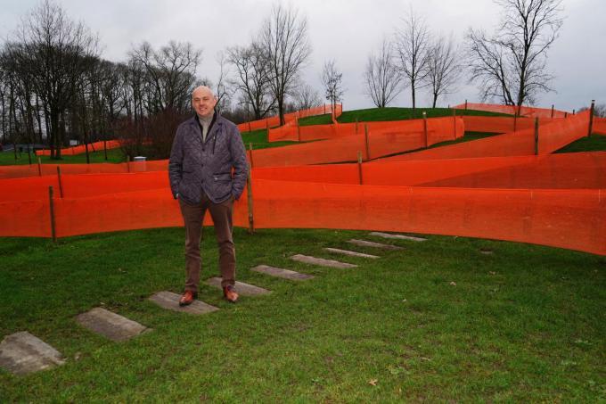 Burgemeester Verwilst poseert op een stukje van 'zijn' parcours. (foto Luc)