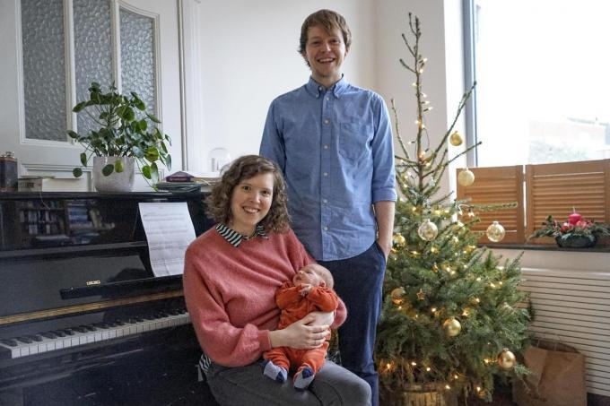 """Het trotse ouderpaar met hun pasgeborene: """"Met de komst van Cas is er een viergeslacht in de familie."""" (foto CLL)"""
