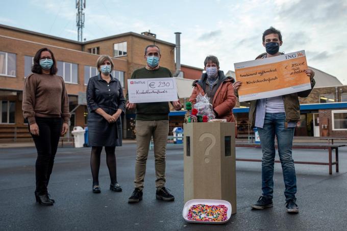 Florian Poignie trok met zijn moeder naar het VTI om hen te bedanken voor de steun. Daar werden ook cheques geschonken aan het kinderkankerfonds. 2.500 euro vanuit het gezin Poignie en 290 euro vanuit het VTI. (foto WME)©Wouter Meeus (foto WME)
