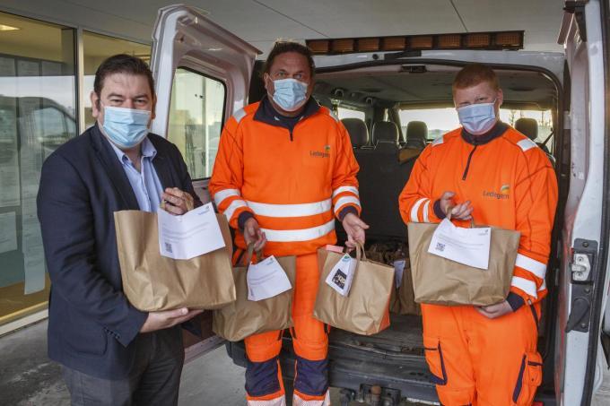 Burgemeester Bart Dochy deelt cadeaus uit aan twee personeelsleden. (foto JS)©jan_stragier;Jan Stragier Jan Stragier