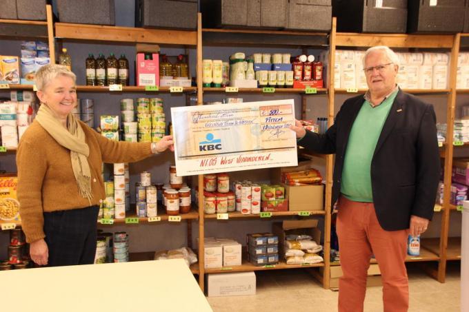De cheque van Neos West-Vlaanderen was meer dan welkom om de werking van De Kapstok te ondersteunen. We zien op de foto Maria Declerck en Johan Hoornaert. (foto Jan)