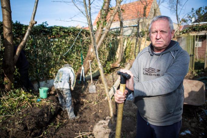 Alain De Coessemaeker mag geen hoogstammige bomen meer planten en moet zijn tuin netjes onderhouden. (foto Davy Coghe)©Davy Coghe Davy Coghe