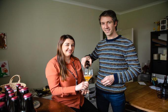 Cindy en Bart kunnen nu ook hun eigen bier inschenken. (foto Davy Coghe)©Davy Coghe Davy Coghe