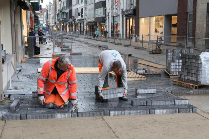 Arbeiders van het Roeselaars aanneembedrijf Penninck legden de eerste stenen van de vernieuwde Adolf Buylstraat.© (Foto PM)