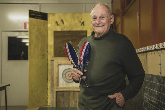 """Roland Devos (82) van De Javelot Vrienden uit Wijtschate: """"Ik ben er vrij zeker van dat wij de laatste Belgische javelot-club zijn.""""© Olaf Verhaeghe"""