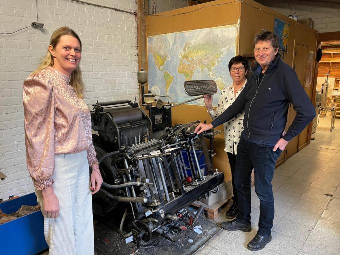 V.l.n.r. herkennen we dochter Greet, echtgenote Ria en drukker Fred bij z'n eerste drukmachine, met letters in lood. (foto AVH)