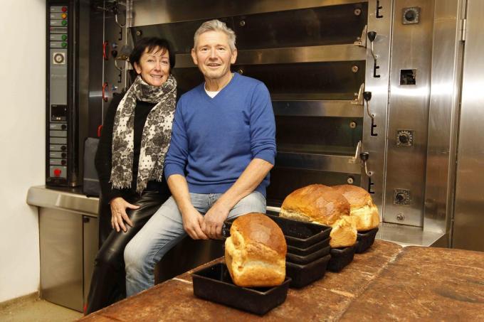 Luc Decaesstecker en zijn vrouw Hilde Fiems sluiten hun bakkerij. (foto Coghe)©GINO COGHE Foto Coghe