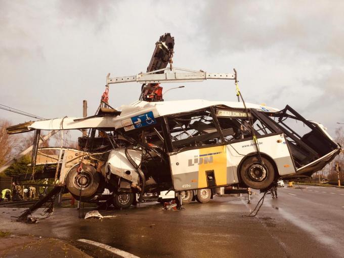 Een gespecialiseerde firma moest de bus takelen.© TP