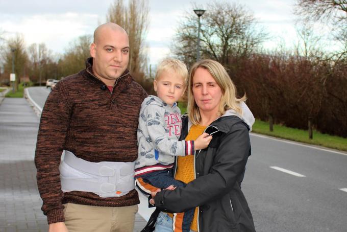 Voor Sandra Heyvaert en Stijn Van Hauwaert, hier met zoontje Adam, is de maat vol.© Laurette Ingelbrecht