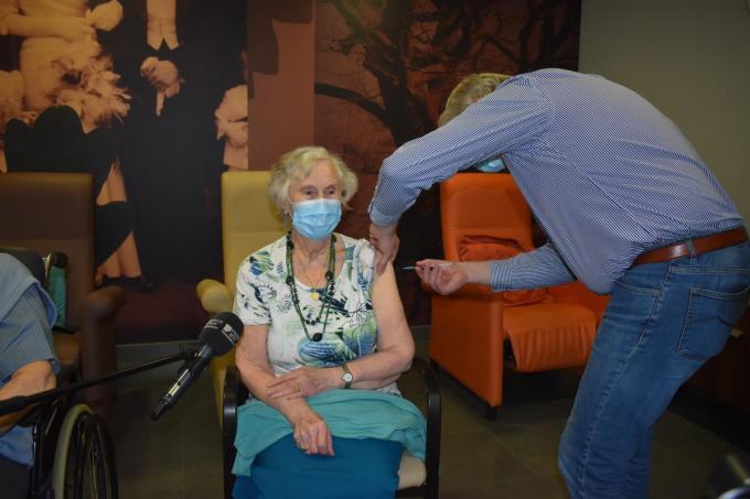 Lena krijgt als eerste het vaccin in de Westhoek. (Foto TOGH)