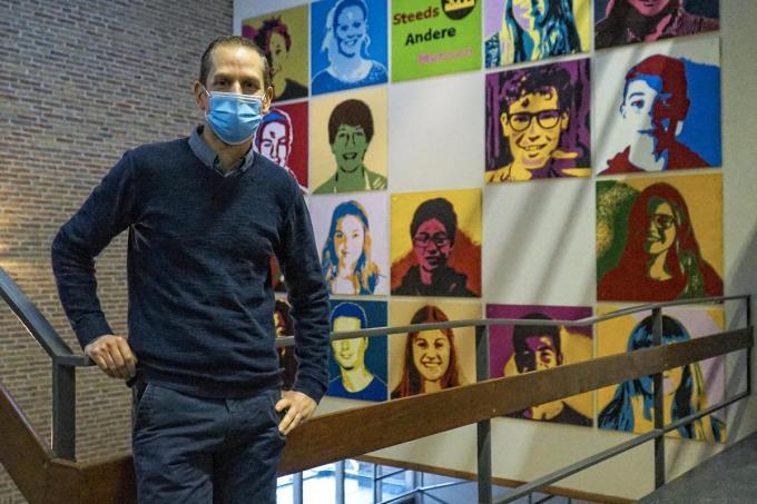 Directeur Mathieu Dehaene bij de kunstmuur. (foto CLL)