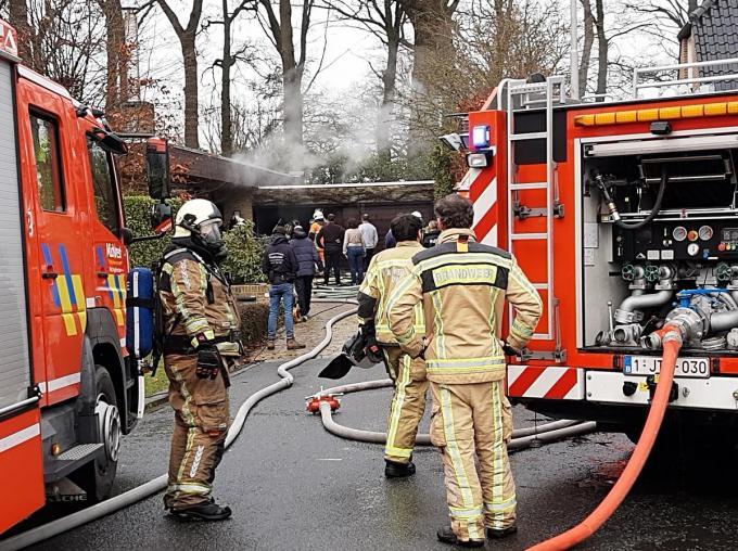 De brandweer van Meulebeke en Ingelmunster kwamen ter plaatse.© BF