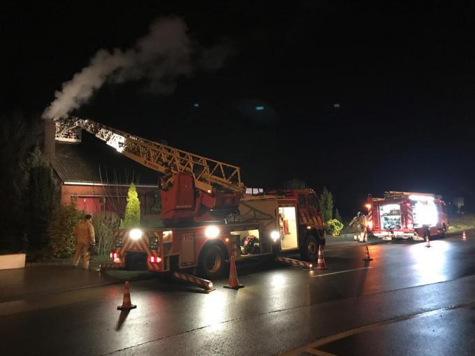 Een vervuilde schouw zou de brand veroorzaakt hebben.© DB