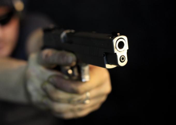 """De man zei dat hij de agenten een """"kogel door de kop"""" zou schieten.© Getty Images"""