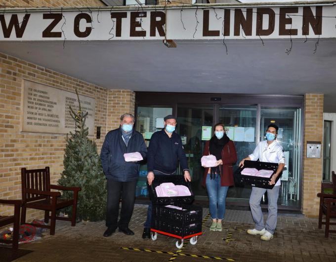 De bewoners en het personeel van wzc Ter Linden worden getrakteerd op pannenkoeken. We zien v.l.n.r. schepen Guido Hoste, Andy Vandenbon, Delphine Lemahieu (directeur wzc Ter Linden) en een keukenmedewerker.© MVO