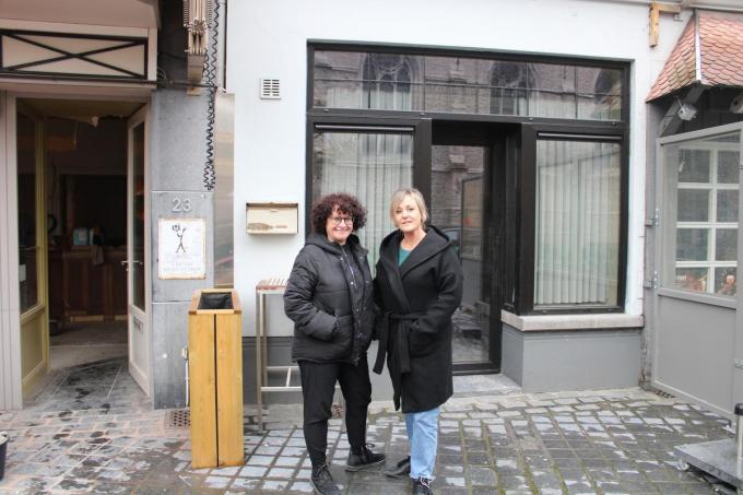 Marijke Coussement en Valerie Despriet verruimen café De Klauwaert met het voormalige kapperssalon van Eugeen Van Praet.© EC