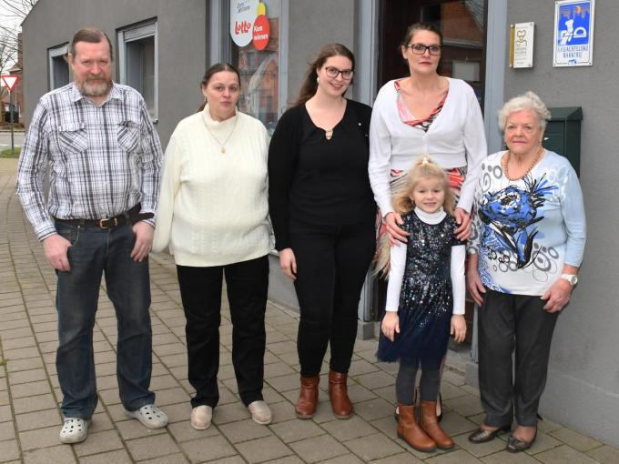 Op de foto zien we hen die alles met de bakkerij te maken hadden met v.l.n.r.: Frank, Marleen, Ulrike, Goedele en Lucrèse en vooraan de kleine Ella-Marie. (foto RB)©RB2