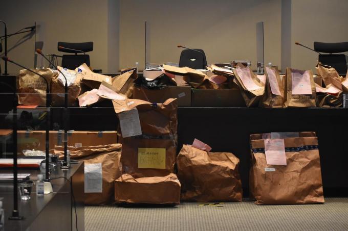 Het dossier-Vandoolaeghe telt tientallen kaften documenten en zakken vol bewijsmateriaal. (LK)