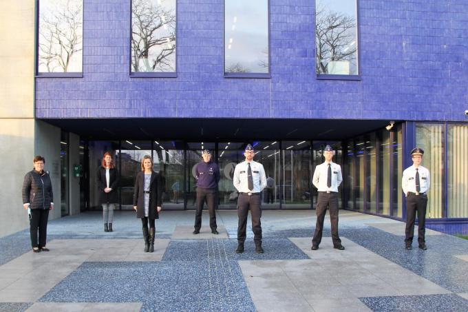We herkennen burgemeesters Carine Dewaele van Lendelede, Ruth Vandenberghe van Kortrijk, korpschef Filip Devriendt en de 4 medewerkers.© JVGK