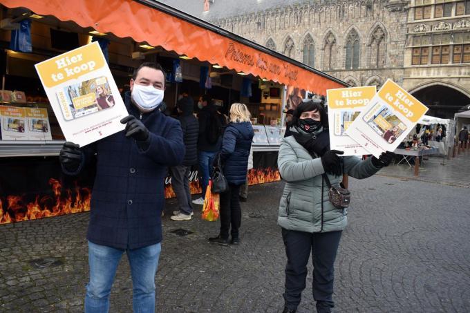 Schepen Diego Desmadryl en marktverantwoordelijke Griet Biesbrouck met de aanduidingsborden. (Foto EG)© EG