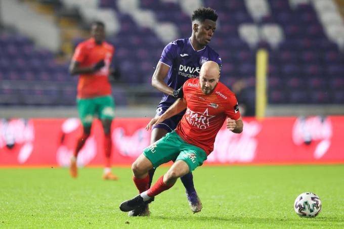 Francois Marquet (Oostende) in actie tegen Albert Sambi Lokonga (Anderlecht).©VIRGINIE LEFOUR BELGA