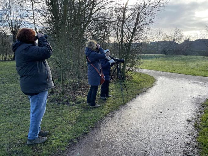 Enkele vogelspotters hopen in het park de zeldzame Bruine Boszanger te spotten.© (Foto JRO)