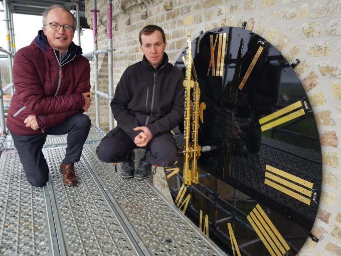 Links voorzitter van de kerkfabriek Bart Laleman en rechts Dimitri Deprez van de firma Clock-O-Matic die het uurwerk plaatst. Let op het cijfer drie dat anders dan de andere cijfers niet in Romeinse cijfers staat.© (Foto ACK)