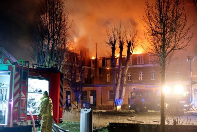 De vlammen sloegen uit het dak van het voormalige KTA-gebouw.© José Tyteca