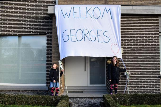 Het gezin van Ilse Vanneste, haar man Bert en dochters Laure (8) en Estée (6) hadden een groot spandoek aan de deur gehangen om het pasgeboren zoontje van Van Aert te begroeten.© TVW