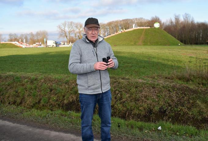Marc Delbaere haalde zijn verrekijker boven om de renners de reusachtige aardeberm op het nieuw stuk Ter Borcht te zien nemen.© TVH