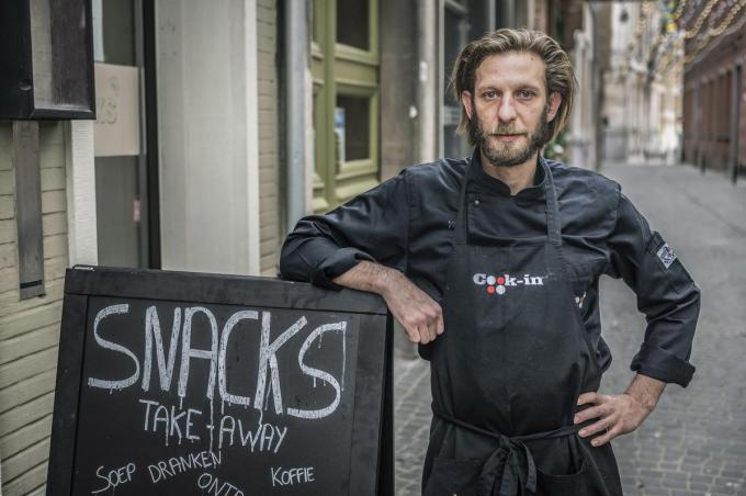 Pascal Van Leynseele start met zijn 'Snacks' in de Nonnenstraat.©STEFAAN BEEL Stefaan Beel