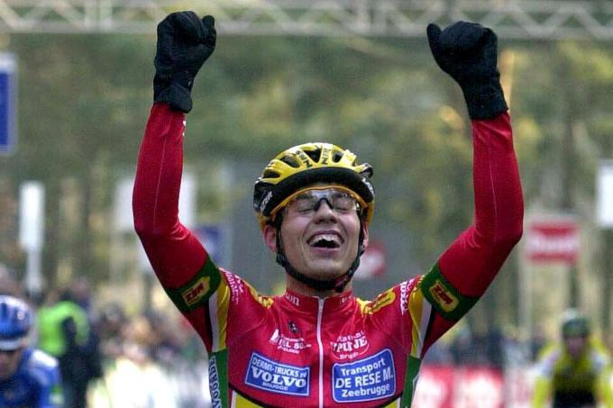 Twee keer intens geluk. Links: Sven Vanthourenhout wint op zijn 20ste verjaardag het BK cyclocross bij de beloften. Rechts: met Thibau Nys, die in februari 2020 wereldkampioen werd bij de juniores. (foto's Belga)© BELGA