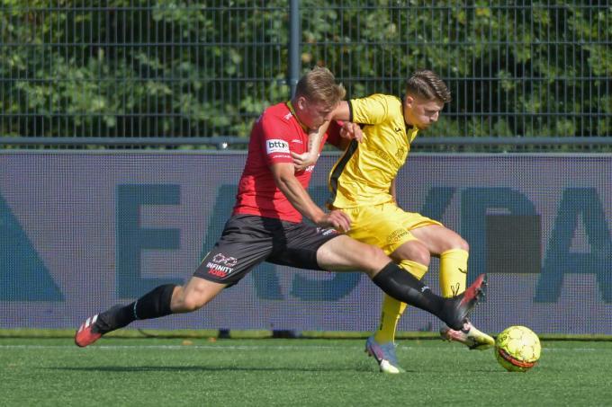 Tibo Van de Velde houdt hier namens KSKV Zwevezele Henri Van Marke van Mandel United af.©Vuylsteke Dirk / VDB VDB