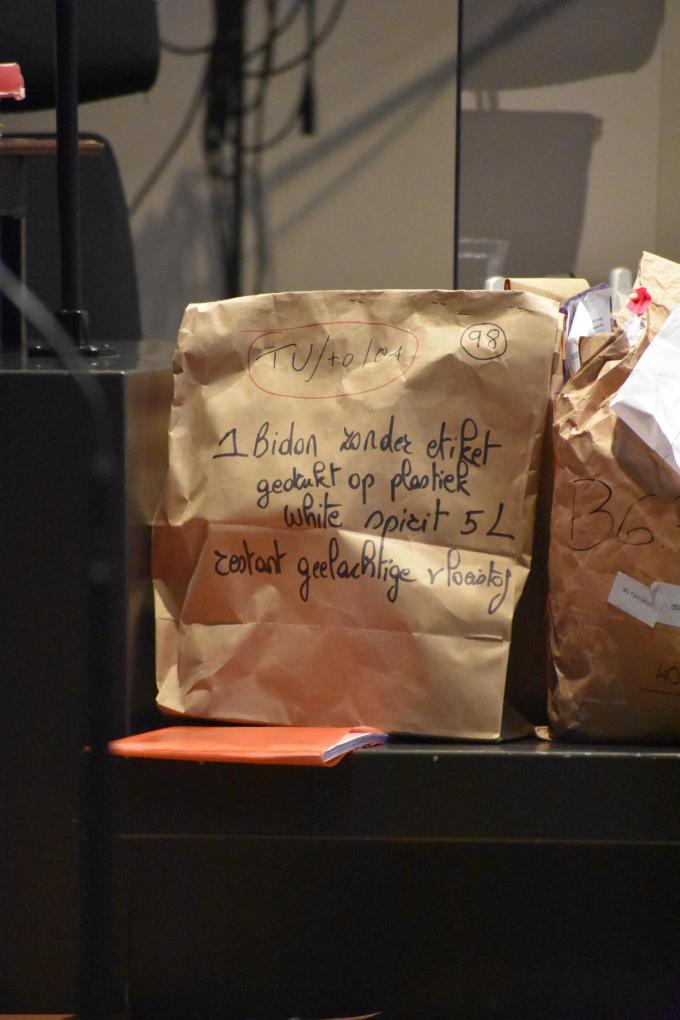 In deze papieren zak zit de bidon white-spirit waarmee John Vandoolaeghe brand stichtte. (GF)