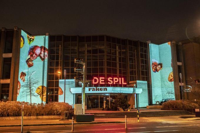 De lichtprojectie van Alexander Stragier is nog tot eind januari te zien op de gevel van De Spil.©STEFAAN BEEL Stefaan Beel