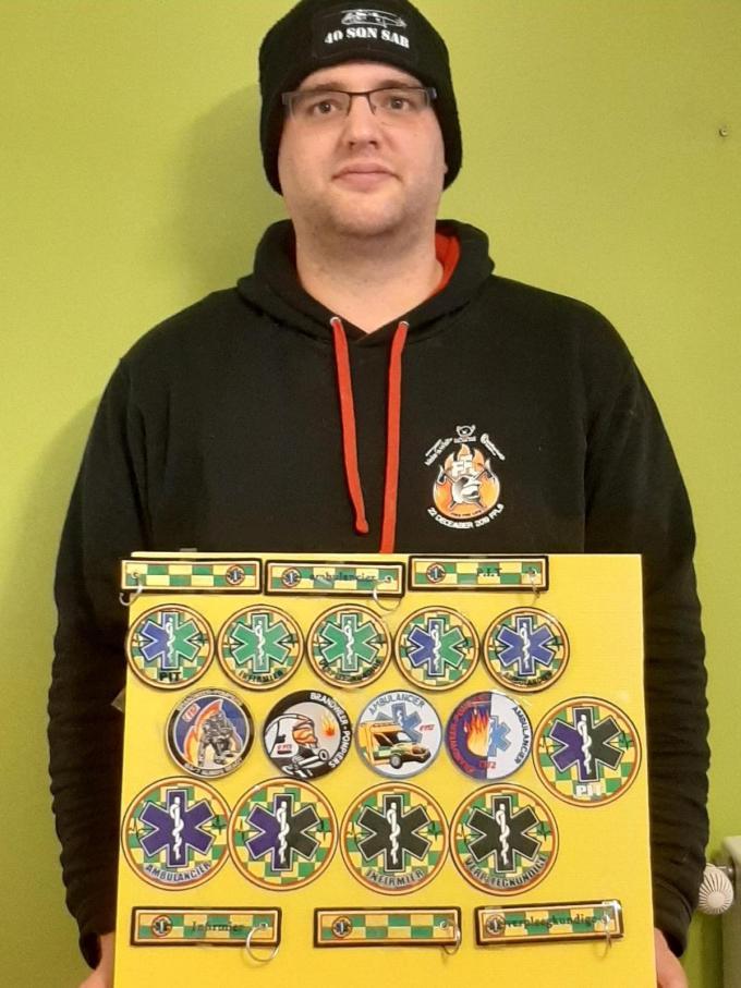Patrick Dumortier verkocht onder meer badges, sleutelhangers en stickers.© JH