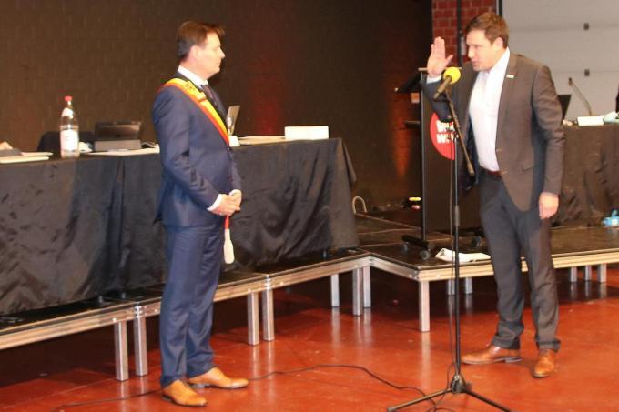 Jens Danneels legt de eed af in handen van kersvers burgemeester Lieven Huys.© KDV