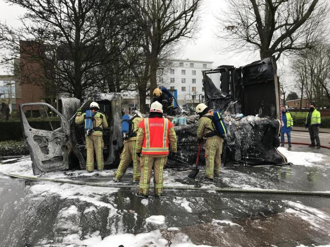 De bestelwagen brandde volledig uit.© JH