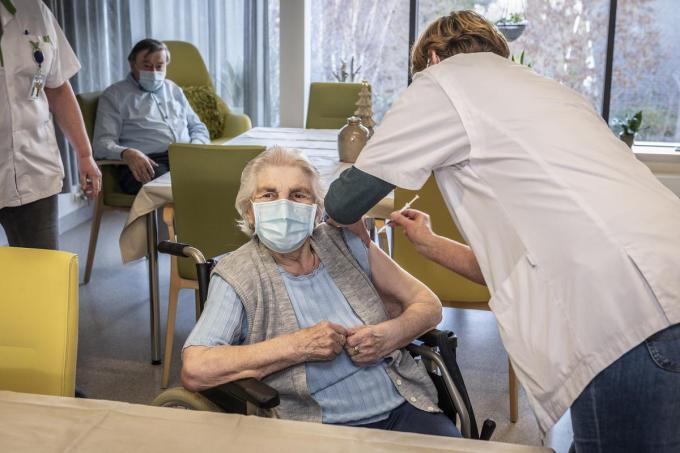 Margareta Vancompernolle kreeg als allereerste Roeselaarse het coronavaccin toegediend.©STEFAAN BEEL Stefaan Beel