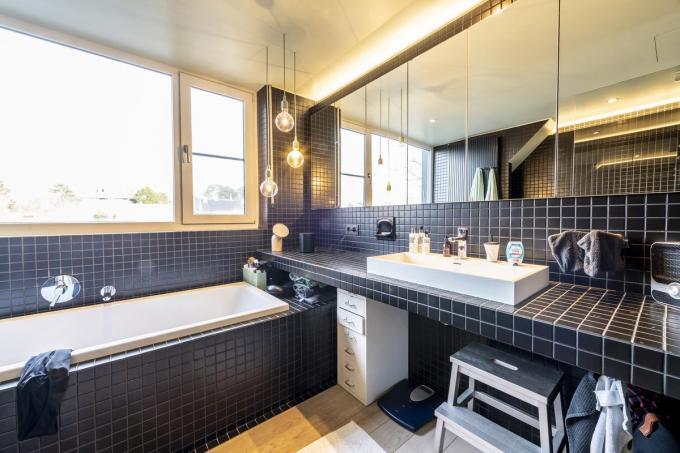 De badkamer is een ontwerp van Goûts et Couleurs uit Brugge. Ann is zelf op zoek gegaan naar de zwarte tegeltjes en vond die in Oostende.©Pieter Clicteur;Pieter Clicteur Pieter Clicteur